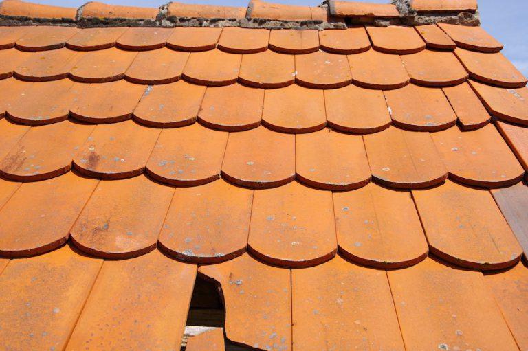 Dacheindeckung mit defekter Dachpfanne