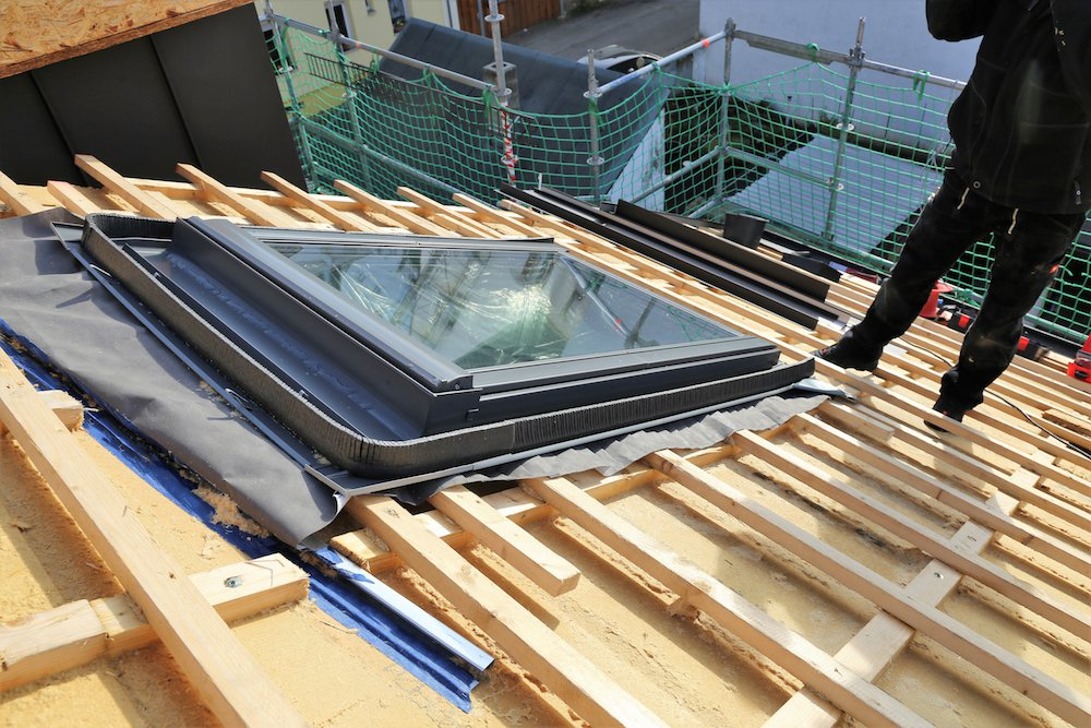 Neu aufgebrachtes Dachfenster wird gedämmt.