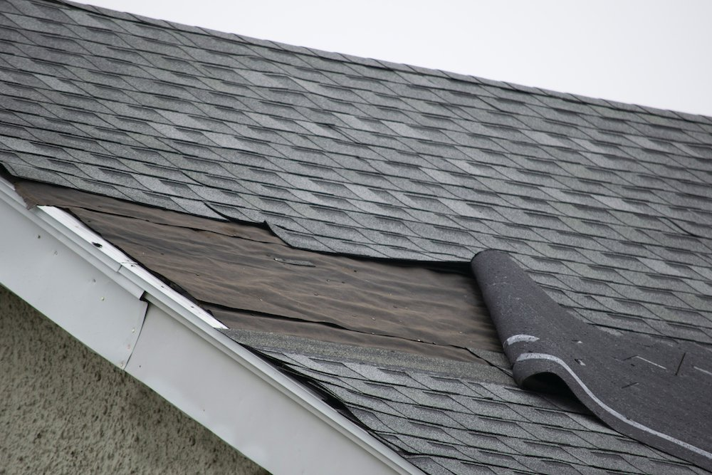 Dacheindeckung mit Schäden