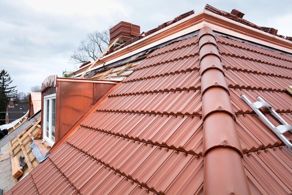 Eine Gaube wird bei einer Dachsanierung eingebaut.