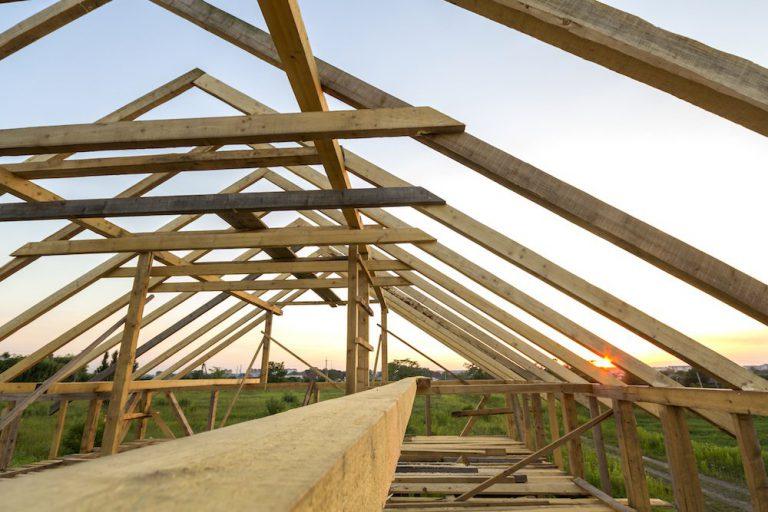 Der Dachstuhl für ein neues Satteldach wird gebaut.