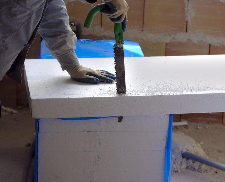 Dämmstoffplatten für die Dämmung eines Steildaches werden zersägt.