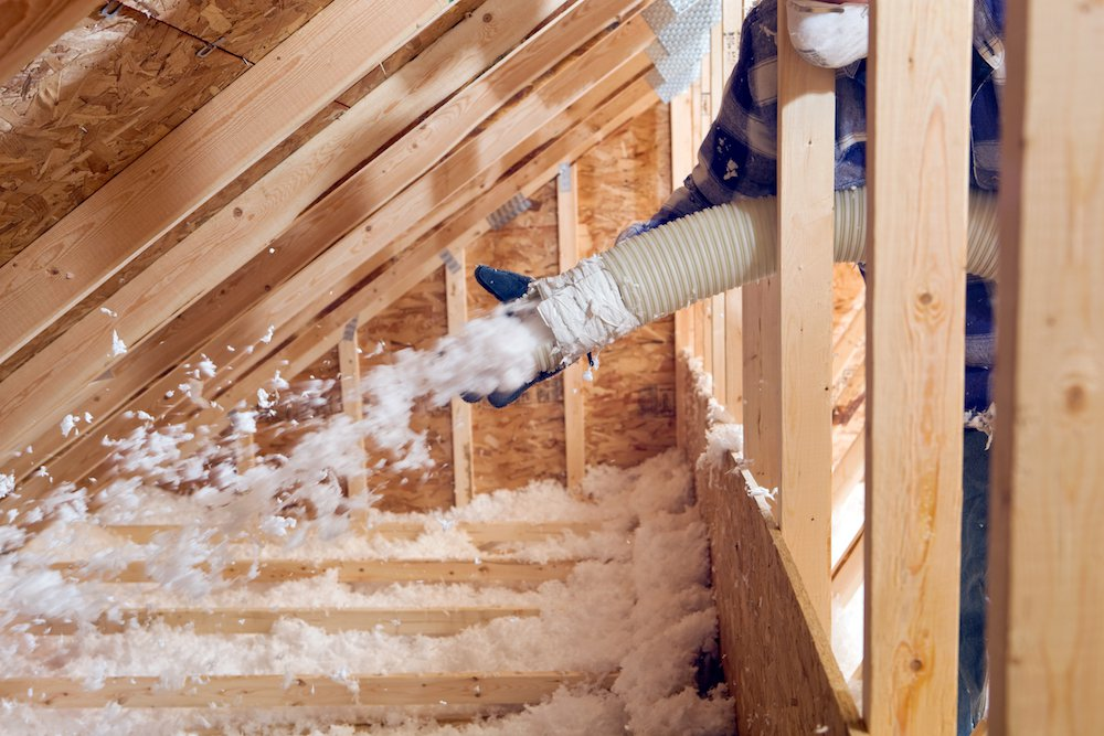 Ein Dachboden wird mit einer Einblasdämmung gedämmt