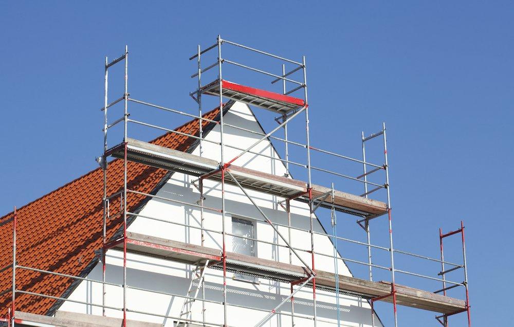 Ein saniertes Dach mit einem Gerüst.