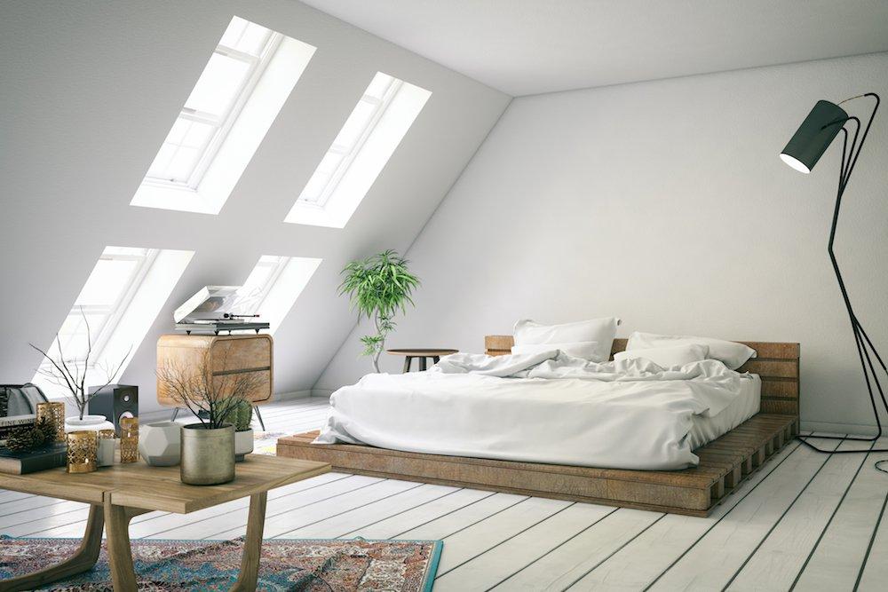 Mehrere Dachfenster bringen Licht in ein Schlafzimmer unterm Dach.