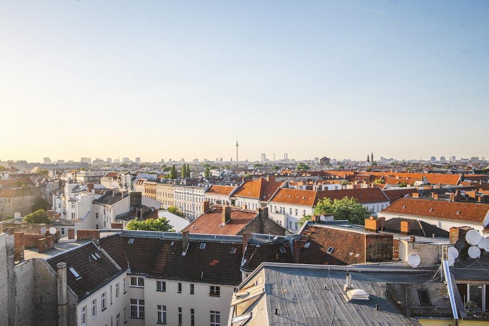 Luftaufnahme einer Stadt mit Steildächern