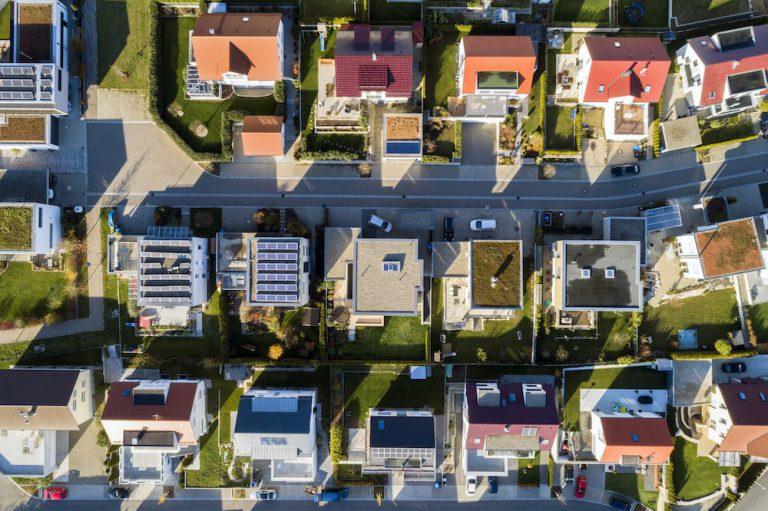 Luftaufnahme von Einfamiliehäusern mit Steildächern und Flachdächern.
