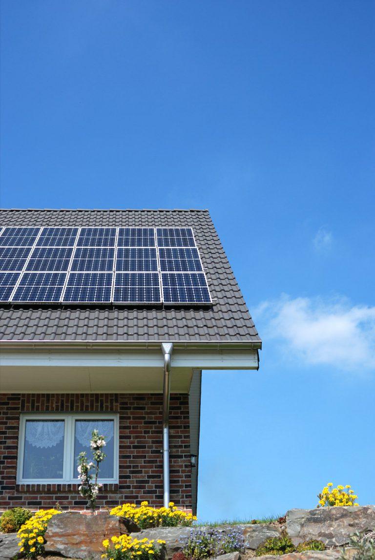 Steildach mit Photovoltaikanlage