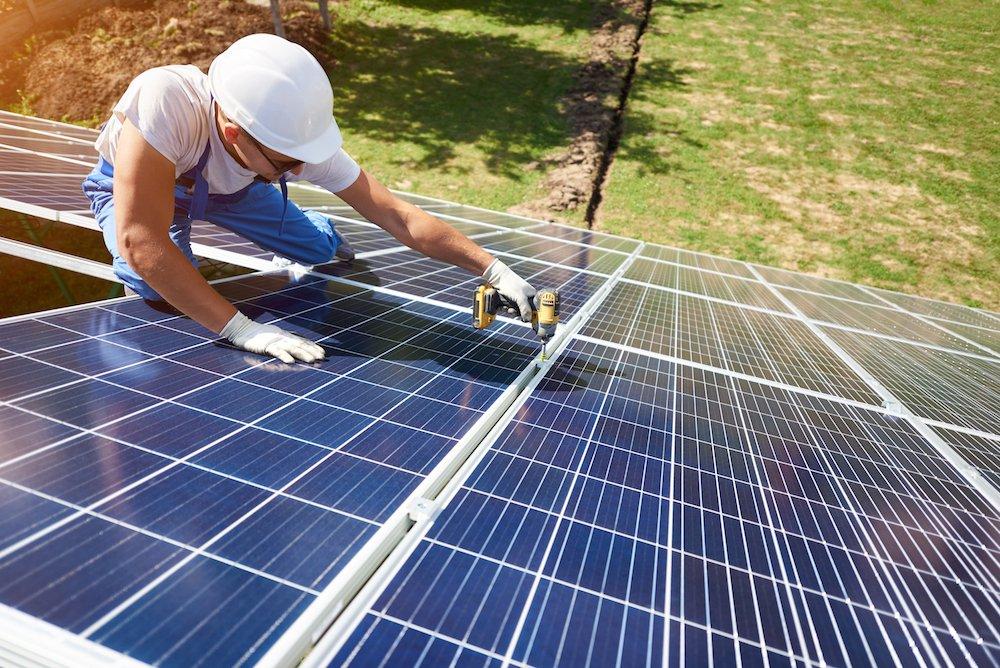 Eine Photovoltaikanlage wird montiert