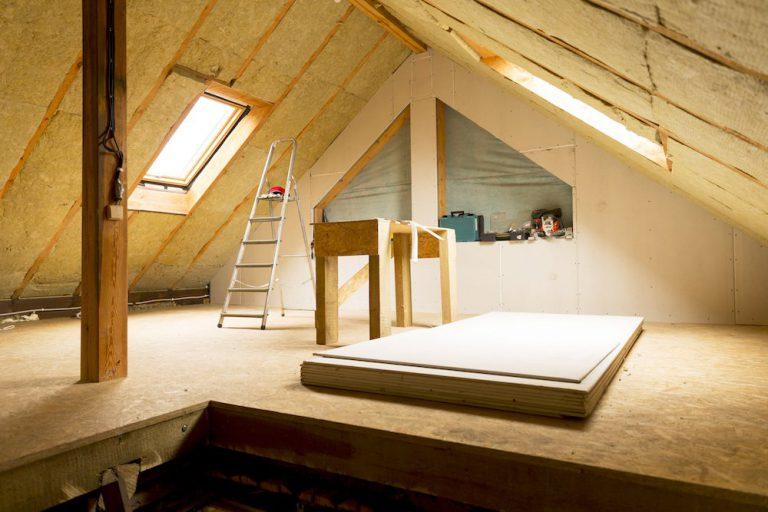 Neue Zwischensparrendämmung auf einem Dachstuhl