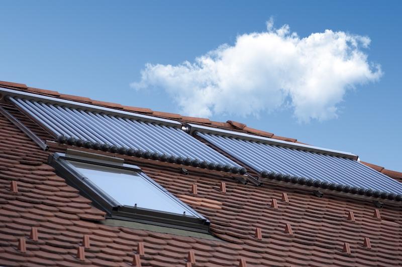 Eine Solarthermieanlage auf einem Steildach.