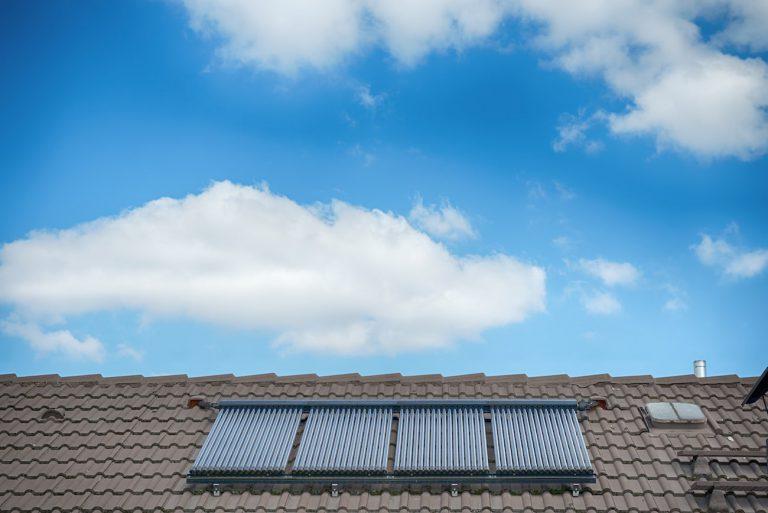 Solarthermieanlage mit Röhrenkollektoren auf einem Steildach.